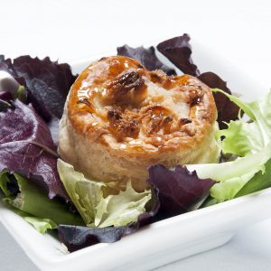 Vol-au-vent farcit d'albergínia, mozzarella i bacó gratinat al forn amb herbes del Remeiart